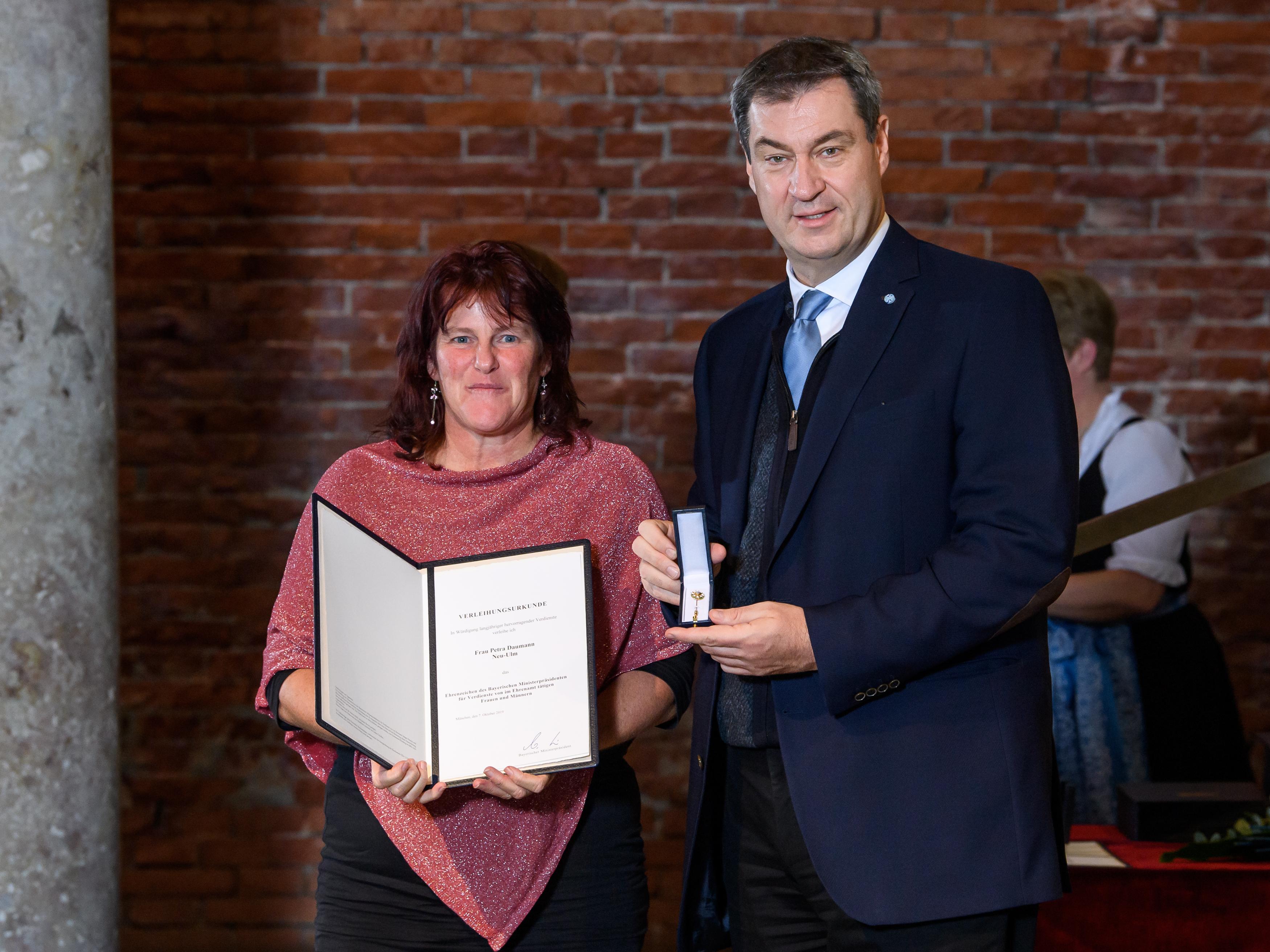 Petra Daumann mit Ministerpräsident Söder
